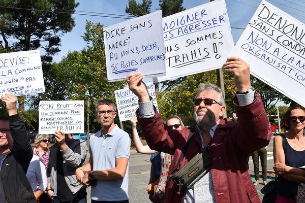 Des salariés de Ouest-France manifestent leur opposition au plan de réorganisation devant le siège du groupe ce lundi 17 septembre.