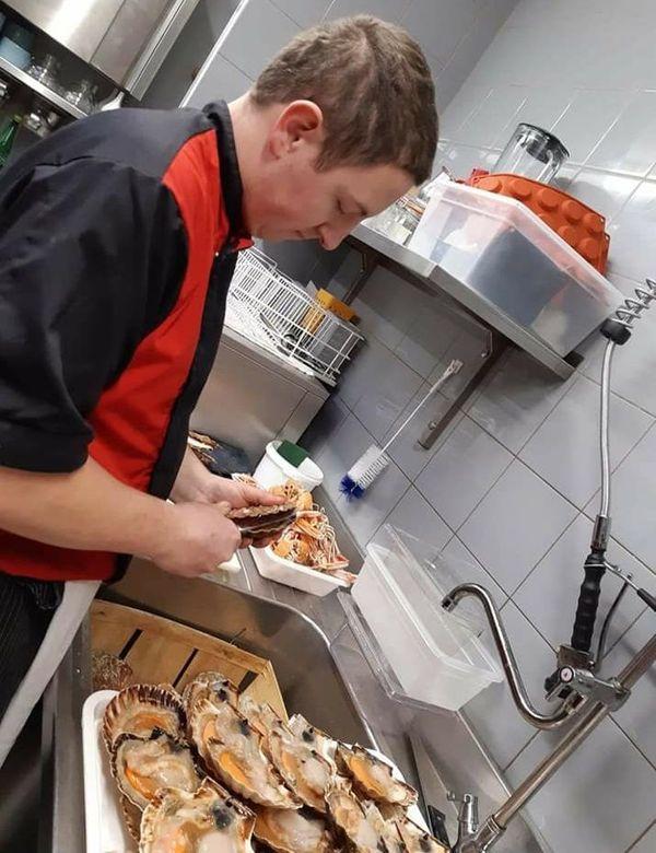 Dans les cuisines du restaurant la Papillote, l'activité se poursuit pour la vente à emporter.