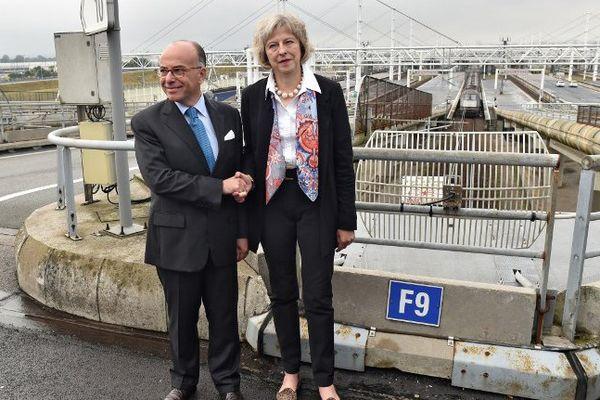 Bernard Cazeneuve et son homologue britannique à l'entrée du tunnel sous la Manche.