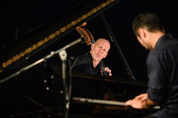 Avishai Cohen Trio, joueront dans la pinède Gould le 9 juillet.