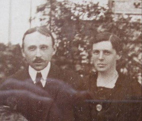 Le dr Amédée Le Meur de Ploudalmézeau sauva la moitié d'une famille en imposant un confinement séparé des malades et des non-malades (ici avec son épouse Thérèse)