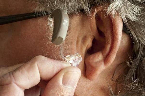 """La réforme """"100% Santé"""" du gouvernement assure un remboursement total des équipements auditifs de classe 1 depuis le 1er janvier 2021."""
