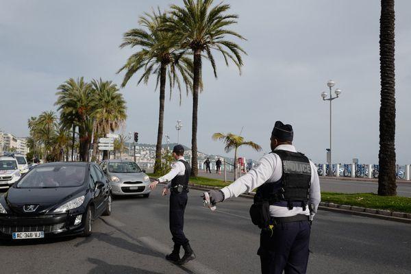 Depuis le 17 mars, la police veille à limiter les déplacements dans le cadre des mesures de confinement, notamment ici sur la Promenade des Anglais