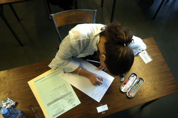 Une élève passant le baccalauréat.
