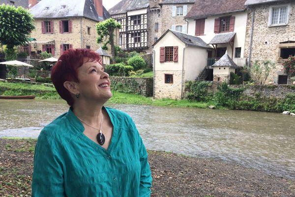 Il y a 30 ans, Fabienne Thibeault est tombée amoureuse de Ségur-le-Château... Elle y revient régulièrement.