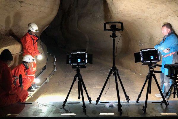 """3 Pisteurs namibiens dans la grotte de l'Aldène (Hérault). Les Namibiens sont mondialement réputés savoir """"lire"""" les pas humains, y compris ceux des hommes préhistoriques"""