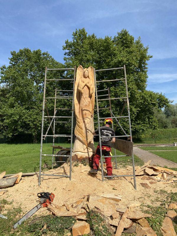 Le sculpteur Franck Welker a taillé le tronc, à la tronçonneuse pour réaliser un ange de 4 mètres de haut.