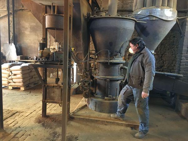La production de poudre fine colorée est encore artisanale au moulin à couleurs d' Ecordal dans les Ardennes
