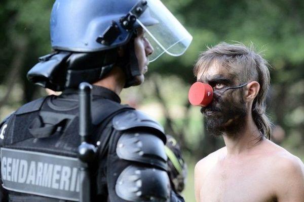Face à face entre un gendarme mobile et un opposant au projet du barrage de Sivens, photo prise le 9 septembre 2014 près de Gaillac, dans le Tarn