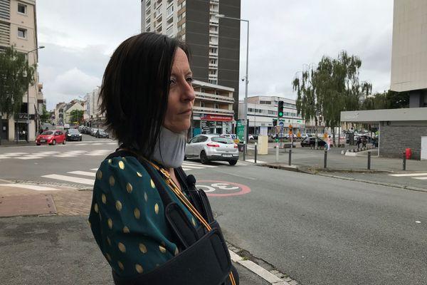 Lorsque Alison sort pour marcher, elle porte une minerve. 2 an et demi après, elle porte encore les séquelles de ces violences.