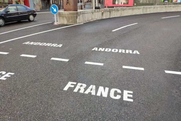 <p>La frontière entre la France est l'Andorre reste ouverte mais les déplacements ne sont possibles que dans certaines situations dérogatoires.</p>
