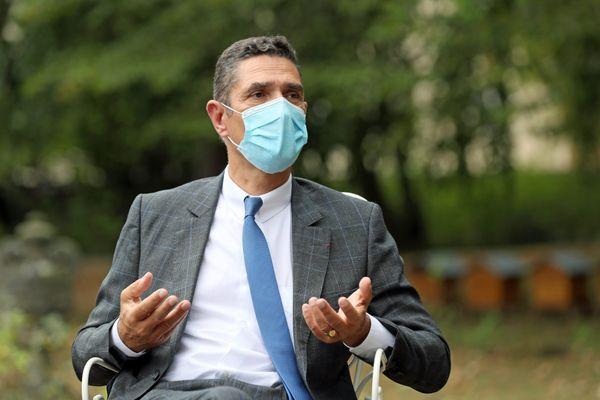 Le préfet du Haut-Rhin, Louis Laugier, portant un masque chirurgical pour donner l'exemple.