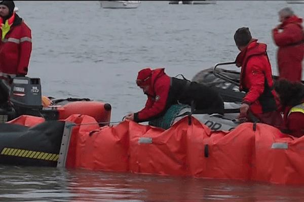 Exercice en mer pour les techniciens du Cedre
