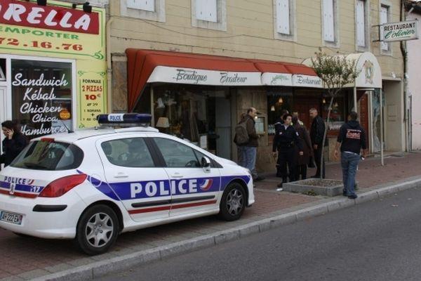 Des policiers devant l'établissement jeudi après-midi