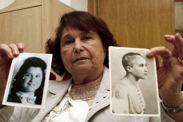 Ida Grinspan, en 2010, montrant des photos d'elle à l'âge de 15 ans puis pendant son internement en camp de concentration.
