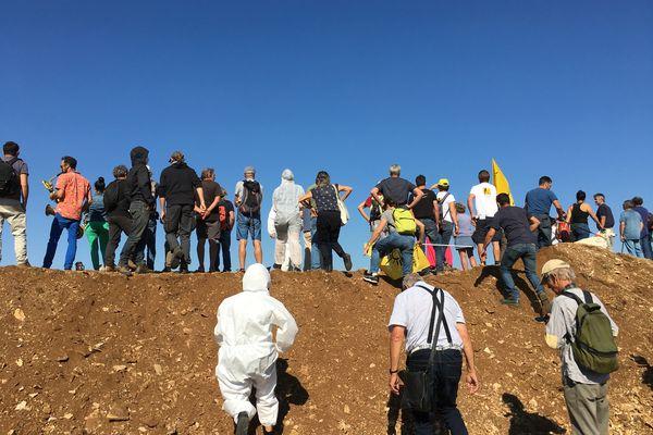 Les opposants aux bassines envahissent le site en construction d'une réserve d'eau de substitution à Mauzé-sur-le-Mignon (79).