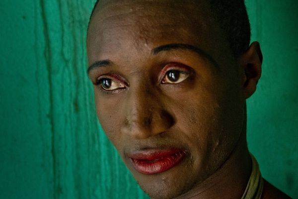 H., travesti rwandais, dans sa cuisine : « J'ai commencé à me prostituer car, n'ayant pas fini mes études, j'étais sans moyens de subsistance. Ma seule issue : le trottoir. Né homme, je me suis fait femme. » Kigali, Rwanda. © Frédéric Noy / Cosmos