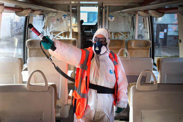 Un ouvrier nettoyeur de la SNCF désinfecte une rame TER avec un pistolet de nébulisation