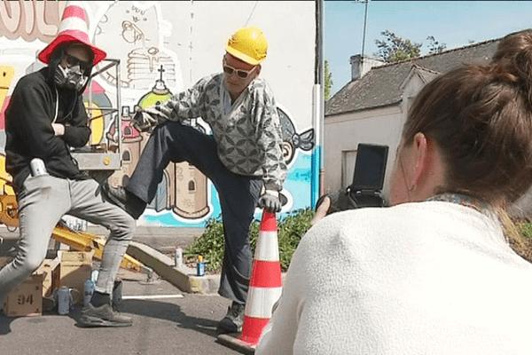L'artiste Kiwie fait une pause devant la fresque qu'il réalise pour Grand-Champ.