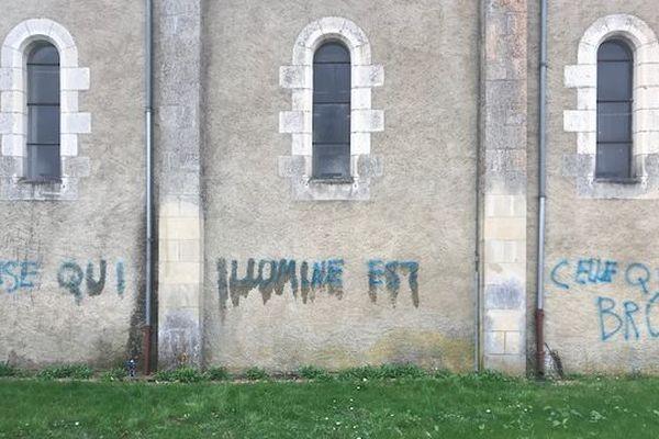 """L'inscription taguée sur l'église : """"La seule église qui illumine est celle qui brûle"""""""