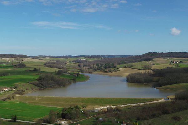 Face à nous, la digue qui retient près d'un million de mètres cubes d'eau à Caussade, Lot-et-Garonne