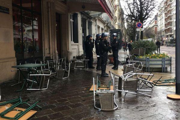 Les supporters des 2 camps se sont affrontés devant un restaurant près de la gare de Grenoble.