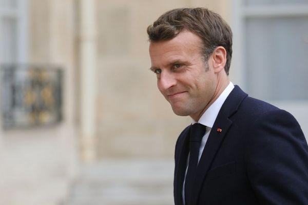 Absent de la cérémonie internationale qui clôture le 75e anniversaire du Débarquement en Normandie, Emmanuel Macron sera présent au mémorial britannique aux côtés de Theresa May, à la cérémonie franco-américaine avec Donald Trump et à la cérémonie française en hommage au commando Kieffer à Colleville-Montgoméry (Calavados), le 6 juin 2019.