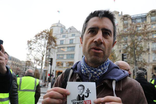 François Ruffin lors du rassemblement Gilets jaunes à Paris, le 26 novembre.