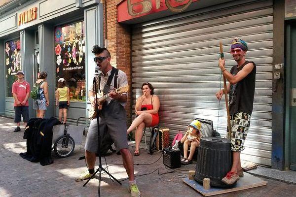 Un groupe installé rue Saint-Rome à Toulouse.