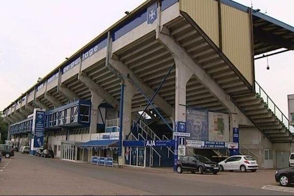 La tribune emblématique du stade de l'Abbé Deschamps à Auxerre, aux couleurs de l'AJA.