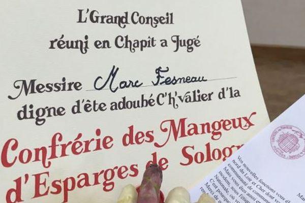 L'adoubement reçu par Marc Fesneau, fait chevalier de la confrérie des Mangeux d'esparges de Sologne.