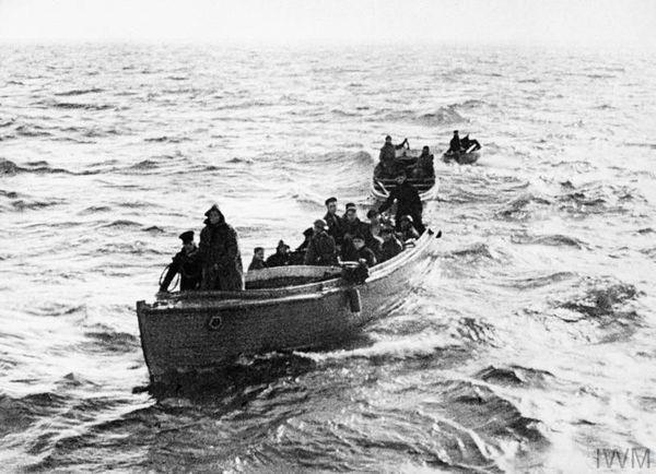 """Des """"Little Ships"""" évacuant des soldats pendant l'Opération Dynamo de mai-juin 1940."""