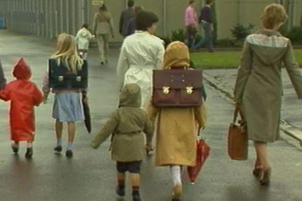 Nouveaux cartables, chaussettes tirées et mise en plis, c'est la rentrée scolaire en 1984 !