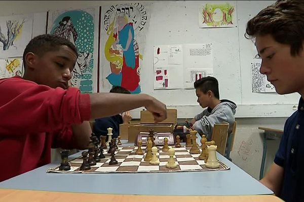 Des élèves du lycée Joffre à Montpellier jouent aux échecs. Le club d'échecs de l'établissement collectionne les titres depuis 20 ans. 24/04/2017
