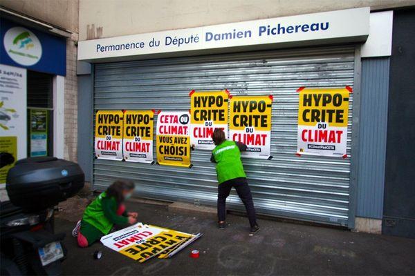 La permanence du député sarthois LREM Damien Pichereau recouverte d'affiches par des militants anti CETA