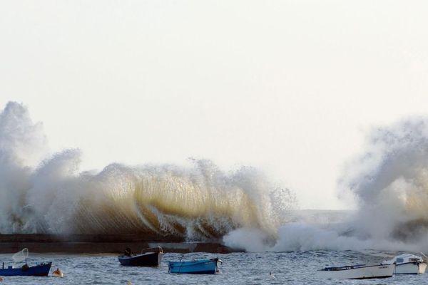 Port de Lomener, des vagues toujours plus hautes