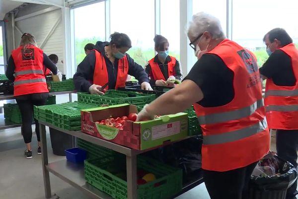 Les bénévoles de la banque alimentaire de Bayonne toujours mobilisés pour aider les plus précaires, et ils sont de plus en plus nombreux avec la crise sanitaire, surtout chez les jeunes.