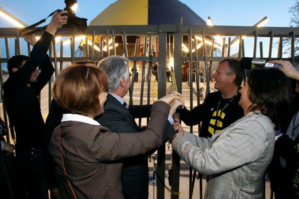 Ségolène Royal et Maxime Bono, maire de La Rochelle, ouvre les grilles de La Sirène avec une pince-monseigneur.