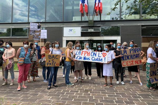 Une trentaine de psychologues carolo-macériens réunis devant l'antenne de l'ARS de Charleville-Mézières, le 10 juin 2021.