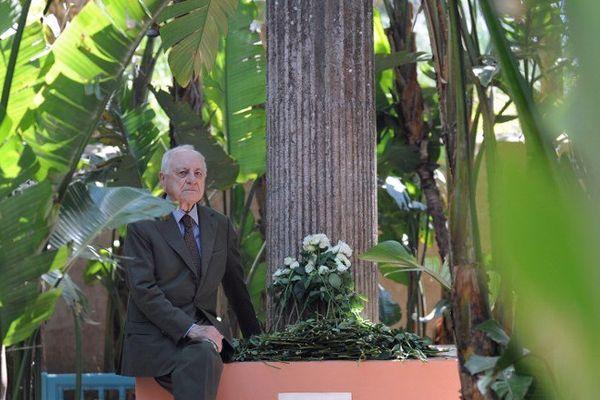 Pierre Bergé en 2008 dans les jardins de la villa Majorelle, là où ont été dispersées les cendres de son compagnon.