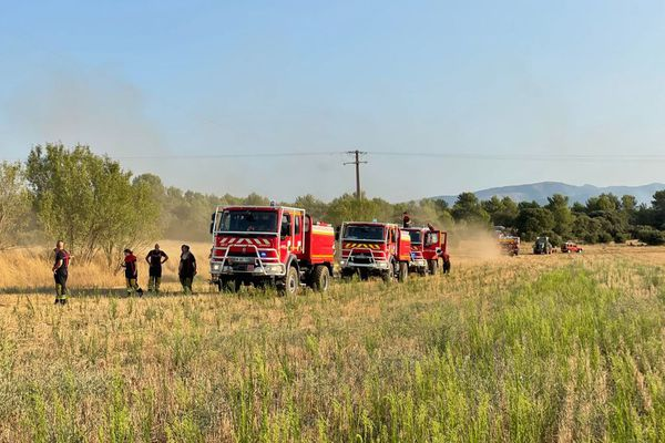 Le vent dirige le feu vers l'est du département.