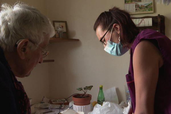 Janine reçoit la visite de Mathilde, son aide à domicile, tous les jours. C'est son seul contact avec l'extérieur en cette période de pandémie