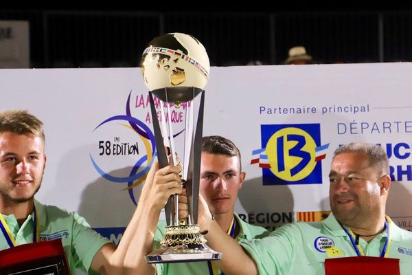 A 17 ans, Joe Casale (à gauche sur la photo) a remporté le mondial La Marseillaise de pétanque avec ses coéquipiers Adrien Delahaye et Patrick Messonnier.