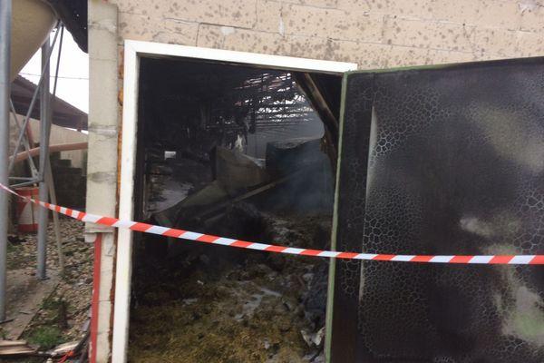Le bâtiment incendié à Rignieux-le-Franc est aux trois quart détruit