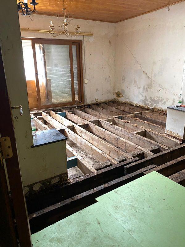 Entre 100 et 150 habitations sont considérées comme dangereuses selon les architectes de l'urgence présents sur place pour effectuer des expertises.