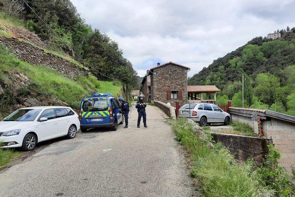 Double meurtre dans une scierie aux Plantiers, dans le Gard. Le tueur est en fuite, le village cévenol est cerné par les gendarmes.