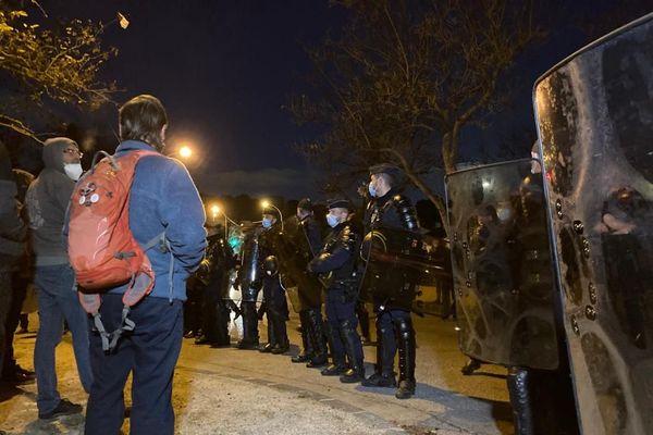 Les policiers en faction devant le Petit séminaire
