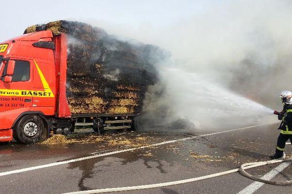 Un camion en feu a provoqué la fermeture de la route départementale 903 bis entre Epagny et Chaignay, en Côte-d'Or, jeudi 30 avril 2015.