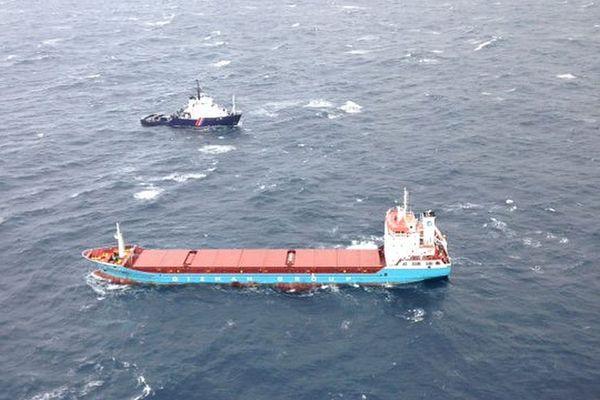 16/01/2018 - Un cargo en panne de proulsion pris en charge par un remorqueur au large de Propriano (Corse du Sud)
