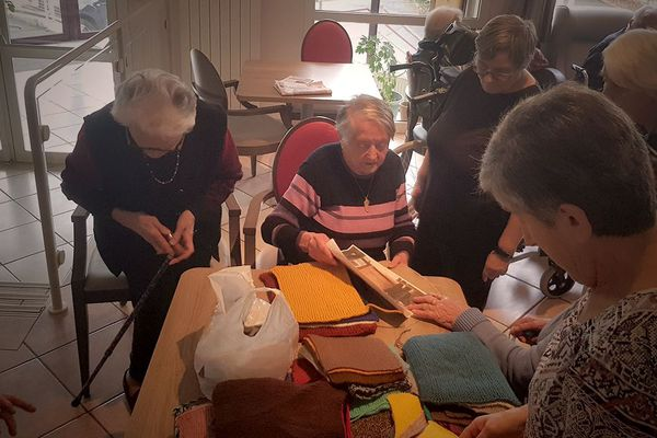A 100 ans, Marraine, ici au centre, anime un atelier de tricot à l'Ehpad de Saint-Joseph à Aurillac.